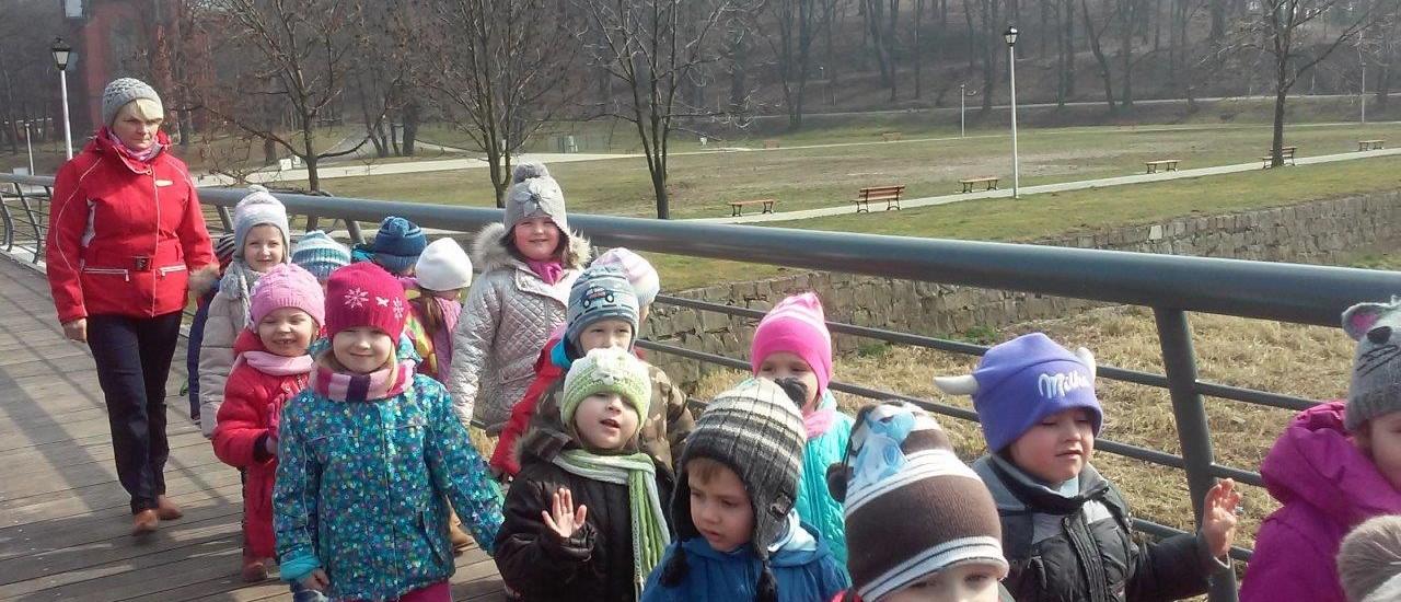 Przedszkolaki poznają piękne zakątki Kamieńca (11)