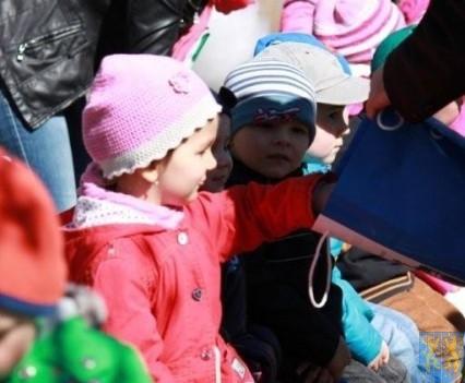 Nowy plac zabaw służy dzieciom (100)