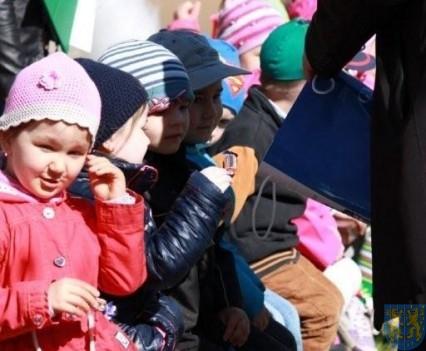 Nowy plac zabaw służy dzieciom (101)