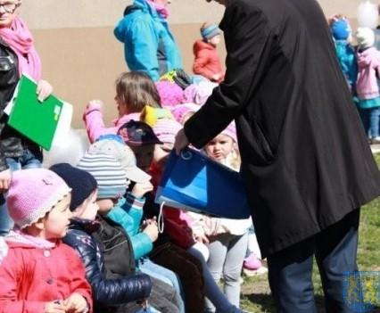 Nowy plac zabaw służy dzieciom (102)