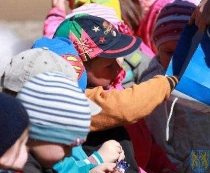 Nowy plac zabaw służy dzieciom (104)