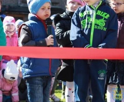 Nowy plac zabaw służy dzieciom (11)