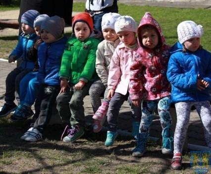 Nowy plac zabaw służy dzieciom (111)