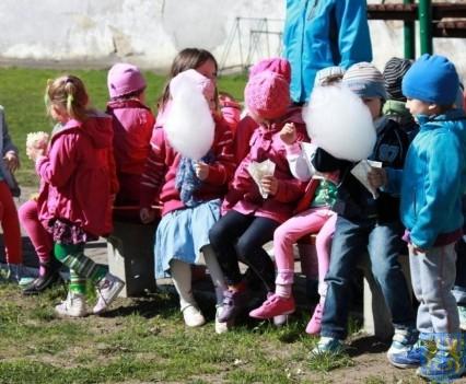 Nowy plac zabaw służy dzieciom (112)