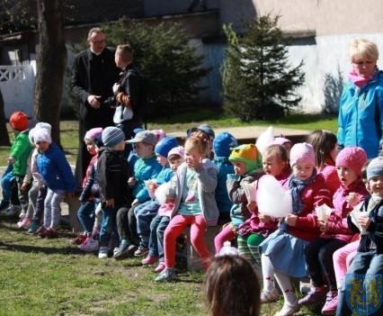 Nowy plac zabaw służy dzieciom (117)