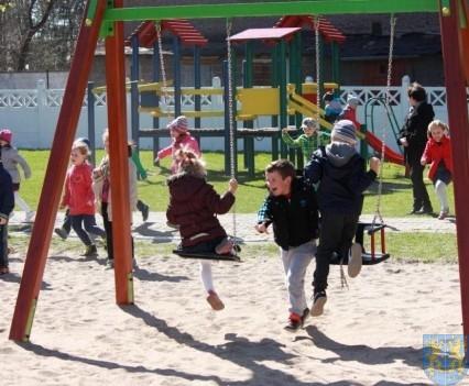 Nowy plac zabaw służy dzieciom (119)