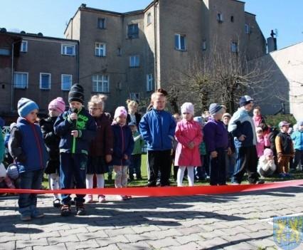 Nowy plac zabaw służy dzieciom (12)