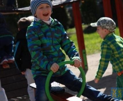 Nowy plac zabaw służy dzieciom (120)