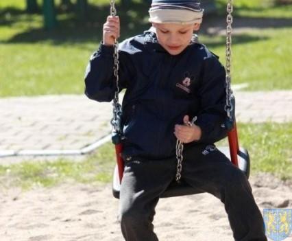 Nowy plac zabaw służy dzieciom (121)