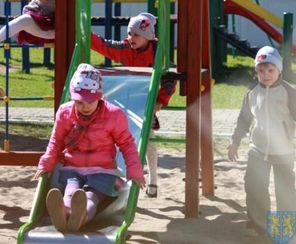 Nowy plac zabaw służy dzieciom (122)
