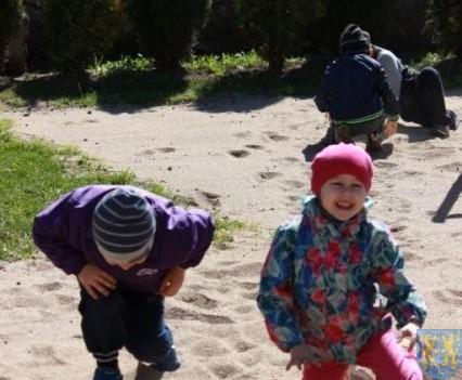 Nowy plac zabaw służy dzieciom (123)