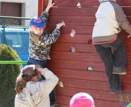 Nowy plac zabaw służy dzieciom (124)