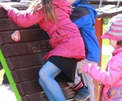 Nowy plac zabaw służy dzieciom (125)