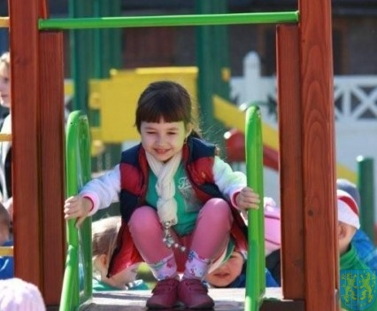 Nowy plac zabaw służy dzieciom (126)