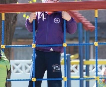 Nowy plac zabaw służy dzieciom (127)