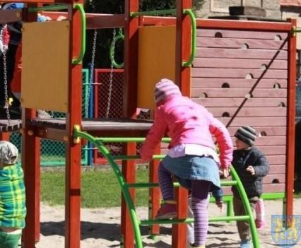Nowy plac zabaw służy dzieciom (128)