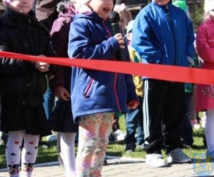 Nowy plac zabaw służy dzieciom (13)