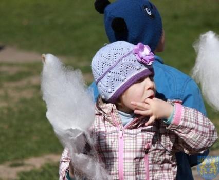 Nowy plac zabaw służy dzieciom (131)