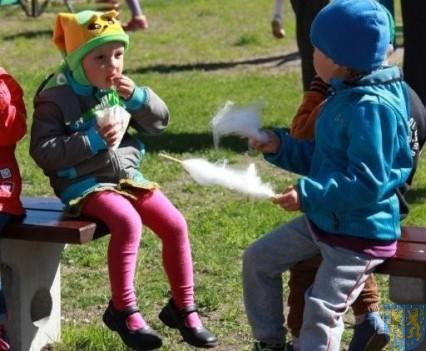 Nowy plac zabaw służy dzieciom (132)