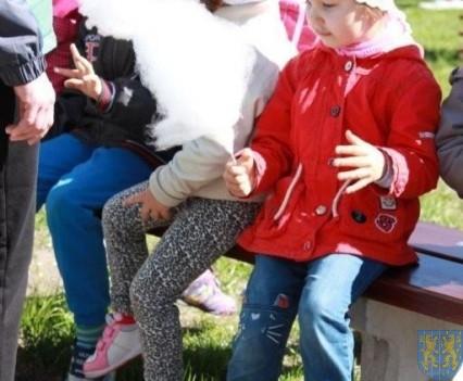 Nowy plac zabaw służy dzieciom (135)