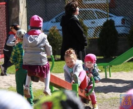 Nowy plac zabaw służy dzieciom (137)