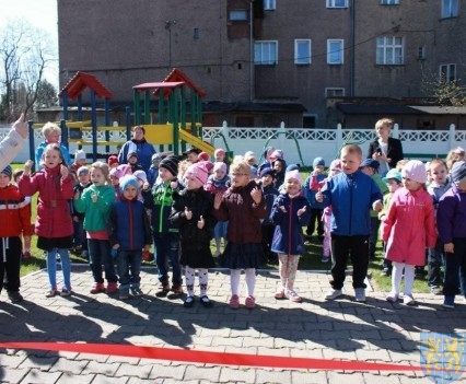 Nowy plac zabaw służy dzieciom (14)