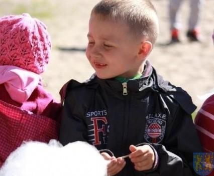 Nowy plac zabaw służy dzieciom (140)