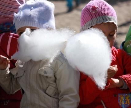 Nowy plac zabaw służy dzieciom (142)