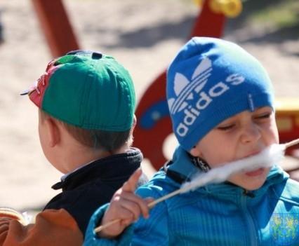 Nowy plac zabaw służy dzieciom (144)