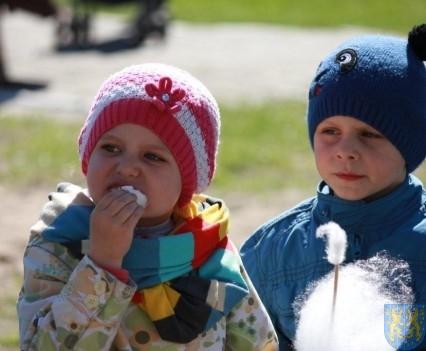 Nowy plac zabaw służy dzieciom (145)