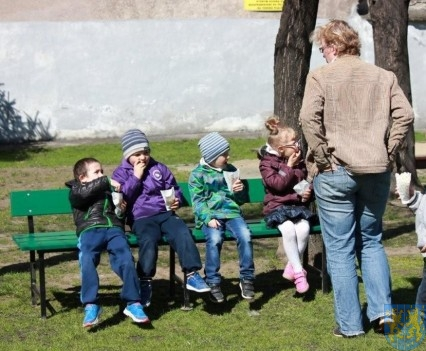 Nowy plac zabaw służy dzieciom (147)