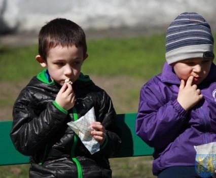 Nowy plac zabaw służy dzieciom (149)