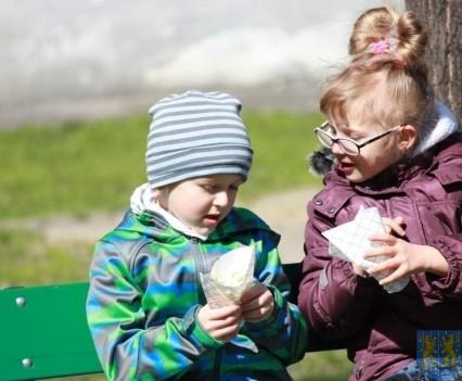 Nowy plac zabaw służy dzieciom (150)
