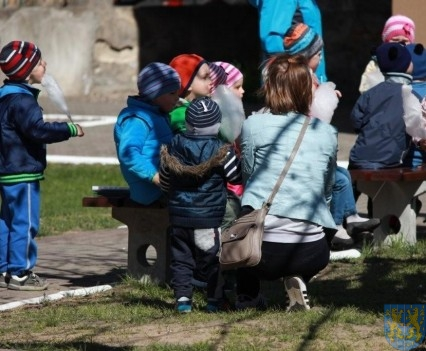 Nowy plac zabaw służy dzieciom (151)