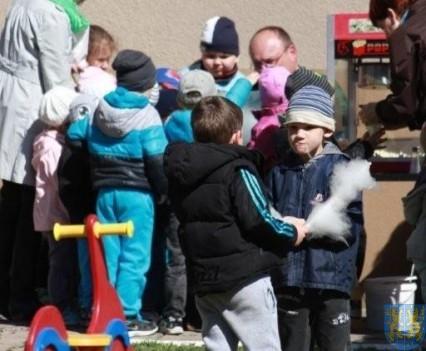 Nowy plac zabaw służy dzieciom (152)