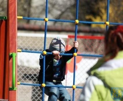 Nowy plac zabaw służy dzieciom (153)