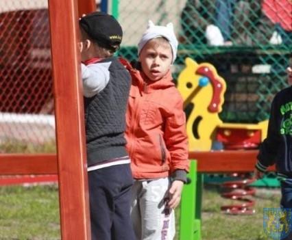Nowy plac zabaw służy dzieciom (154)