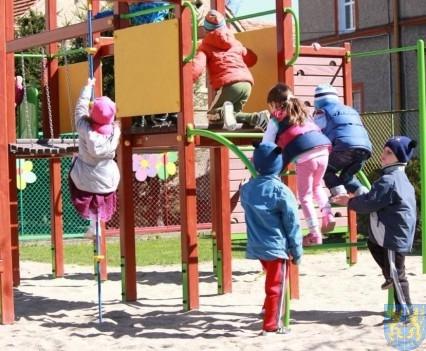 Nowy plac zabaw służy dzieciom (155)