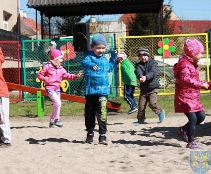 Nowy plac zabaw służy dzieciom (156)