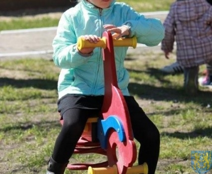 Nowy plac zabaw służy dzieciom (157)