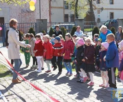 Nowy plac zabaw służy dzieciom (16)