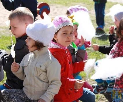 Nowy plac zabaw służy dzieciom (163)