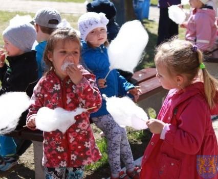 Nowy plac zabaw służy dzieciom (164)