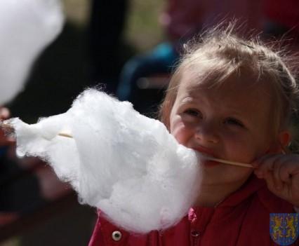 Nowy plac zabaw służy dzieciom (165)