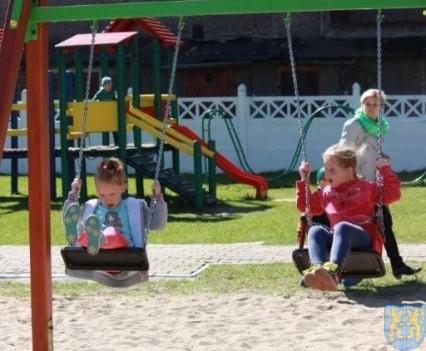 Nowy plac zabaw służy dzieciom (166)
