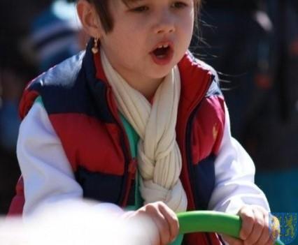 Nowy plac zabaw służy dzieciom (167)