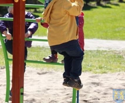 Nowy plac zabaw służy dzieciom (168)