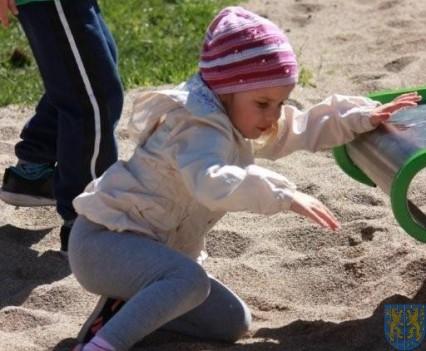 Nowy plac zabaw służy dzieciom (171)