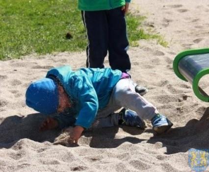 Nowy plac zabaw służy dzieciom (172)