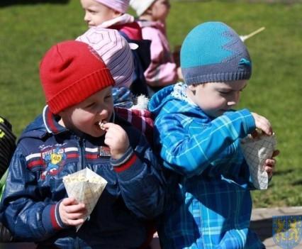 Nowy plac zabaw służy dzieciom (174)